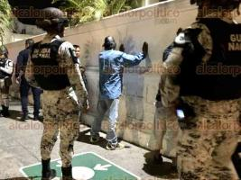 Veracruz, Ver., 25 de febrero de 2020.- Policías detuvieron a franeleros que bebían alcohol en vía pública y empezaron una riña durante los festejos del Carnaval.
