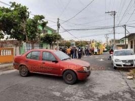 Veracruz, Ver., 26 de febrero de 2020.- Habitantes de la colonia Playa Linda retuvieron el traslado de los carros alegóricos porque dañaron los cables de energía eléctrica, la mañana de este miércoles, dejando sin luz dos cuadras.