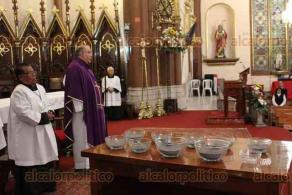 Xalapa, Ver., 26 de febrero de 2020.- El párroco de Catedral Metropolitana, Roberto Reyes, inició los ritos de la Cuaresma con la imposición de la ceniza a las decenas fieles que desde temprano acudieron a cumplir con la tradición religiosa. Es un día de ayuno y abstinencia, les dijo.