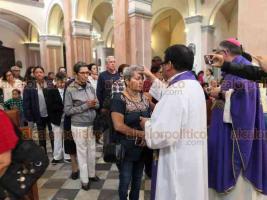 Veracruz, Ver., 26 de febrero de 2020.- Los vientos del Frente Frío 41 no evitaron que este miércoles, cientos de veracruzanos asistieran por su ceniza a la parroquia de La Asunción.