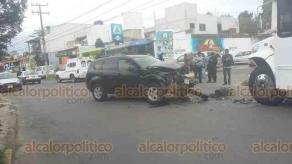 Xalapa, Ver., 26 de febrero de 2020.- El choque entre vehículo particular y un camión de transporte público dejó cuantiosos daños materiales y una persona lesionada, en la calle Manzano, entre Sandia y Olivo, en El Sumidero.