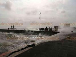 Veracruz, Ver., 26 de febrero de 2020.- El Malecón lucía vacío la tarde de este miércoles, debido a los fuertes vientos y oleaje que provocó el Frente Frío 41.