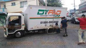 Veracruz, Ver., 26 de febrero de 2020.- Una camioneta de paquetería se hundió en una alcantarilla sin tapa en el cruce de 20 de Noviembre y Paso y Troncoso de la colonia Centro de la ciudad de Veracruz.