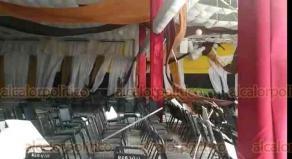 Veracruz, Ver., 26 de febrero de 2020.- Las violentas rachas de viento del Frente Frío 41 provocaron la caída del domo del salón del sindicato del SNTE sección 32 región 8, ubicado en las calles del Paseo Floresta Oriente y la calle Bahamas del fraccionamiento Floresta. Dicha estructura tenía más de 20 años de antigüedad.