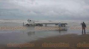 Coatzacoalcos, Ver., 27 de febrero de 2020.- A la altura de la colonia Playa de Oro, debido al fuerte oleaje que provocó el Frente Frío 41, uno de los tráileres que descargaba tapetes de concreto en la playa terminó en el agua.