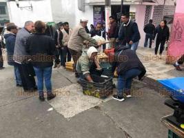 Xalapa, Ver., 27 de febrero de 2020.- Continúa el operativo permanente de recuperación de espacios peatonales en la ciudad. Este jueves, se recorrió la calle Poeta Jesús Díaz y Pípila, retirando algunos locales que obstruían el paso.