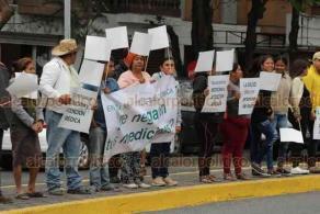 Veracruz, Ver., 27 de febrero de 2020.- Como lo ha hecho en otros municipios, el PRD llevó al Hospital Regional su modulo de asesoría legal para interponer amparos en contra de la Secretaría de Salud ante malos tratos o falta de medicamento.