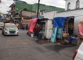 Xalapa, Ver., 27 de febrero de 2020.- Bajo el argumento de que serán citados para dialogar, personal de Comercio permitió que puestos permanecieran bloqueando la calle Pípila, durante el operativo para recuperar banquetas.
