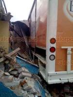 Córdoba, Ver., 27 de febrero de 2020.- Un camión de Bonafont se quedó sin frenos en una pendiente y chocó contra una vivienda, en la calle 1 y avenida 10, de la colonia Dos Puentes.