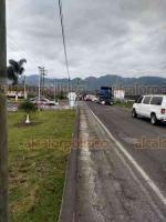 Coscomatepec, Ver., 28 de febrero de 2020.- Taxistas de Tetelzingo bloquearon la carretera federal a Huatusco, a la altura de la gasolinera, acusando arbitrariedades en el uso del transporte público.