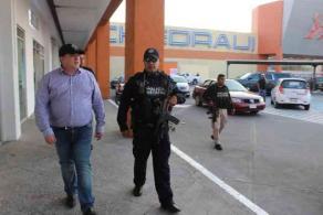 Veracruz, Ver., 27 de marzo de 2020.- El secretario de Seguridad Pública, Hugo Gutiérrez Maldonado, supervisó los principales centros comerciales de la ciudad y aseguró que no se tolerará ningún acto delictivo ante la contingencia del COVID-19.