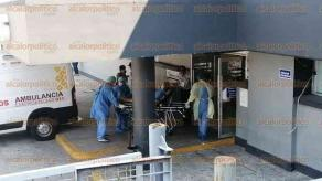 Veracruz, Ver., 28 de marzo de 2020.- En hospitales, personal toma las medidas de prevención ante la pandemia de coronavirus. En el de Alta Especialidad, quienes trasladaron a una persona en una ambulancia portaban máscaras de protección y lentes, además de cubrebocas y guantes. La paciente que arribó junto con un tanque de oxígeno, fue ingresada por el área de urgencias.