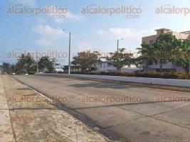 Coatzacoalcos, Ver., 28 de marzo de 2020.- En este puerto, ciudadanos ya comienzan a acatar la medida de mantenerse en casa para evitar contagios del COVID-19, aún se observan personas en playas y mercados.