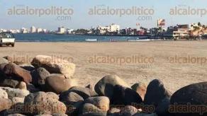 Veracruz Ver., 28 de marzo 2020.- Luego de que se declarara la fase 2 de la pandemia del coronavirus, disminuye la presencia de turistas en la playa Villa del Mar, una de las más concurridas en el puerto de Veracruz; comerciantes ambulantes lamentan las bajas ventas.