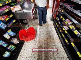 Veracruz, Ver., 29 de marzo de 2020.- Algunos supermercados de esta ciudad colocaron cintas adhesivas en el suelo con el mensaje