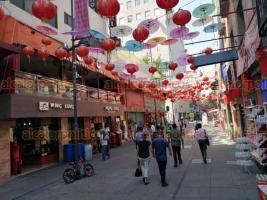 Ciudad de México, 29 de marzo de 2020.- Ante la alerta por COVID-19, en el barrio chino algunos restaurantes cerraron, otros invitan a los pocos transeúntes a pasar. En la entrada al paseo peatonal Madero y antes de la entrada al Zócalo fueron colocadas mantas con información de higiene.