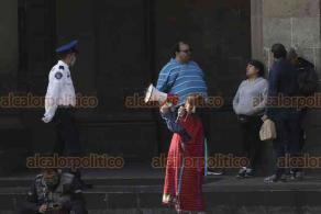 Ciudad de México, 30 de marzo de 2020.- Afuera de Palacio Nacional, decenas de artesanos triquis y de otras organizaciones, demandan apoyos económicos para quedarse en casa ante la contingencia por COVID-19.