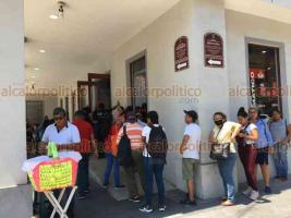 Veracruz, Ver., 30 de marzo de 2020.- Por medidas de prevención en bancos, se observa una gran cantidad de personas afuera de las instituciones. Usuarios señalan que requieren trámites de manera presencial, ya que es fin de mes.