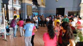 """Coatepec, Ver., 31 de marzo de 2020.- Comerciantes del parque """"Miguel Hidalgo"""" se manifestaron la mañana de este martes, en el Palacio Municipal, para pedir a las autoridades que se modifique el horario de ventas establecido por el coronavirus."""