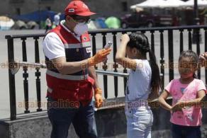 Ciudad de México, 31 de marzo de 2020.- En el Zócalo, personal de la Cruz Roja aplicó gel antibacterial, tomó la temperatura y dio información a la población para prevenir y atender la emergencia sanitaria por COVID-19.
