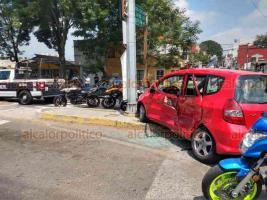 Xalapa, Ver., 1° de abril de 2020.- Dos personas lesionadas y cuantiosos daños materiales, fue el saldo de un accidente automovilístico sobre Circuito Presidentes esquina Ángel Carvajal. Peritos de la Policía Vial se hicieron cargo del percance.