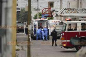 Xalapa, Ver., 1° de abril de 2020.- Personal de Salud, Bomberos y elementos de SSP desplegaron un operativo para trasladar al hospital a un enfermo.