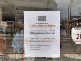 Veracruz, Ver., 2 de abril de 2020.- Hasta hace una semana había cerrado el 70 por ciento del comercio del Centro Histórico. Los negocios que permanecían operando ya están bajando sus cortinas. La calle Independencia luce con prácticamente todos los establecimientos cerrados.