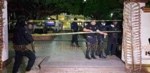 """Papantla, Ver., 3 de abril de 2020.- Alrededor de las 23:00 horas de este jueves, elementos municipales colocaron cintas alrededor del parque """"Israel C. Téllez"""" para evitar concentración de personas."""