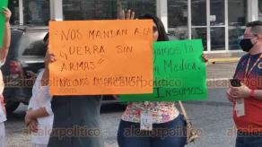 Veracruz, Ver., 3 de abril de 2020.- Personal de la clínica 14 del IMSS bloqueó la avenida Cuauhtémoc para exigir a la Dirección de este nosocomio material e insumos necesarios para atender a posibles casos de COVID-19.