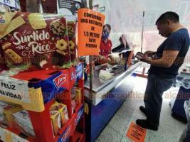 Veracruz, Ver., 3 de abril de 2020.- Algunas tiendas han implementado el lavado de manos obligatorio a la entrada, así como la separación entre el cliente y las cajeras con una cortina de plástico, para seguir atendiendo al público y evitar contagios de COVID-19.