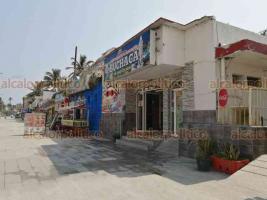 Veracruz, Ver., 3 de abril de 2020.- Pese a que el Gobierno del Estado anunció el cierre de playas, los palaperos y comerciantes de Villa del Mar salieron a laborar este viernes. Las palapas siguen abiertas, ofreciendo servicio en sus restaurantes y mesas de playa.