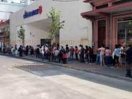 """Córdoba, Ver., 3 de abril de 2020.- Usuarios de los bancos Bancomer y Banamex hacen fila para ingresar a las instalaciones sin respetar la """"sana distancia"""" recomendada por autoridades de Salud a fin de evitar riesgo de contagios de coronavirus."""