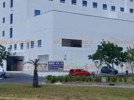 Veracruz, Ver. 3 de abril de 2020.- El hospital privado Star Médica, ubicado en la colonia Nuevo Veracruz, instaló una lona donde señala por dónde pueden ingresar personas con síntomas de COVID-19.