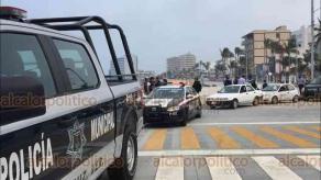 Veracruz, Ver., 3 de abril de 2020.- Personal de la Dirección de Gobernación y elementos de la SSP, invitaron a personas que se encontraban en playas y parques del municipio a retirarse a sus hogares, medida que continuará hasta el 30 de abril por la contingencia de coronavirus.