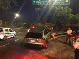 Xalapa, Ver., 3 de abril de 2020.-Esta tarde se registró un accidente sobre la avenida Lázaro Cárdenas, a la altura del distribuidor vial El Trébol, en el que una camioneta se impactó contra un árbol.