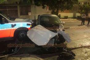 Veracruz, Ver., 3 de abril de 2020.- La noche de este viernes una ambulancia privada y un carro tipo Vento colisionaron en calles del fraccionamiento Zaragoza, con saldo de una persona lesionada.