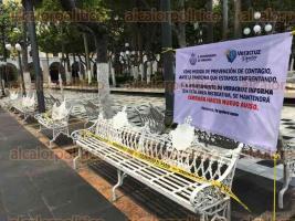 Veracruz, Ver., 4 de abril de 2020.- El Ayuntamiento cerró al público el Zócalo, parques y áreas recreativas, en los cuales colocó cintas y un anuncio para informar a los habitantes de esta medida de prevención ante la pandemia del coronavirus.