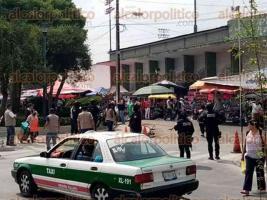 Xalapa, Ver., 4 de abril de 2020.- Por redes sociales, se reportó que personal del Ayuntamiento de Xalapa, acompañado de policías municipales, pretendía retirar a los vendedores que se colocan los sábados junto al Parque Deportivo Colón. Al parecer, para evitar aglomeración de personas para prevenir contagios de coronavirus.