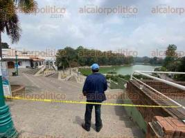 Xalapa, Ver., 4 de abril de 2020.- Trabajadores del Ayuntamiento cerraron el acceso al Paseo de los Lagos como medida para evitar aglomeración de personas. Se prohíbe el paso a cualquier ciudadano hasta nuevo aviso.