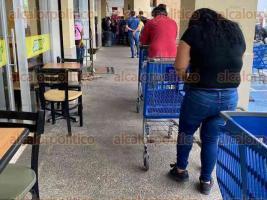 Xalapa, Ver., 4 de abril de 2020.- Xalapeños hacen fila para ingresar a supermercado ubicado sobre avenida Circuito Arco Sur. Aunque algunos no respetan la sana distancia, ahora sólo ingresa una persona por familia como medida preventiva ante posibles contagios de coronavirus.