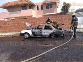 Veracruz, Ver., 4 de abril de 2020.- Un auto se incendió en calles del fraccionamiento Los Pinos, lo que causó la movilización de  elementos de Bomberos Municipales de Veracruz y de la Policía. No hubo lesionados.