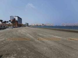 Veracruz, Ver., 5 de abril de 2020.- Contrario a Villa del Mar, la playa Regatas luce vacía este domingo. Aquí sí han funcionado los operativos de salvavidas y SEMAR para retirar a bañistas por la contingencia de COVID-19.