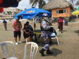 Veracruz, Ver., 5 de abril de 2020.- Elementos de la Policía Naval y Estatal fueron increpados por vendedores ambulantes cuando éstos invitaban a los turistas a desalojar playa Villa del Mar; pese al operativo y a la pandemia de coronavirus, los bañistas disfrutan del lugar.