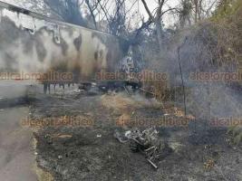 Cuitláhuac, Ver., 5 de abril de 2020.- Un motociclista murió al ser arrollado por un tráiler que terminó incendiandose, la tarde de este domingo en la carretera federal Córdoba-Veracruz, a la altura del kilómetro 37. El chofer del tractocamión huyó