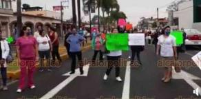 Orizaba, Ver., 6 de abril de 2020.- Trabajadores de limpieza, camilleros, enfermeras y médicos del Hospital Regional del IMSS bloquearon la avenida Oriente 6 para exigir insumos para poder atender casos de coronavirus.
