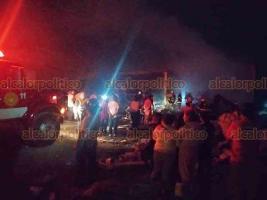Banderilla, Ver., 6 de abril de 2020.- La madrugada de este lunes, se incendió un centro de acopio de residuos reciclables en La Haciendita. Bomberos atendieron el siniestro.