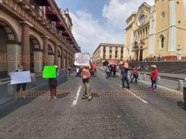 Xalapa, Ver., 6 de abril de 2020.- Vendedores del parque Juárez bloquearon la circulación en la calle Enríquez. Solicitan apoyos al Gobierno pues resienten bajas en sus ventas por contingencia sanitaria.