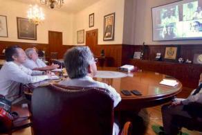 Xalapa, Ver., 6 de abril de 2020.- El gobernador Cuitláhuac García informó que en videoconferencia concluyó el protocolo, previamente respaldado con firmas, de los convenios del Programa de Mejoramiento Urbano para Veracruz y Coatzacoalcos. Participaron los ediles de ambos municipios y la subsecretaria de SEDATU, Carina Arvizu.