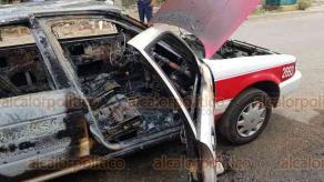 Coatzacoalcos, 7 de abril de 2020.- El taxi 2693 se incendió en la calle Mitla, de la colonia Lomas del Bosque, luego de que el chofer se percatara que salía humo del cofre. Aunque vecinos intentaron apagar el fuego con cubetas de agua, fue imposible rescatar la unidad. No se reportaron heridos por lo ocurrido.