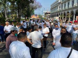 Xalapa, Ver., 8 de abril de 2020.- Nuevamente, este miércoles decenas de meseros se manifestaron en el parque Juárez para pedir a autoridades ayuda ante la falta de empleo que les ocasionó la contingencia por COVID-19.